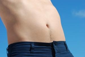 Mužské břicho, které je odhalené