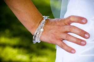 Žena v bílých šatech má ruku v bok