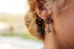 Makro fotografie ženského ucha s náušnicí