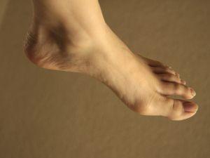 Fotografie lidské nohy s detailním záběrem na patu