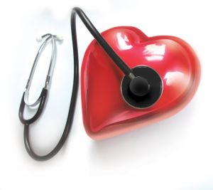 Plastové srdce ke kterému je přiložen stetoskop