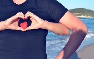 Muž má sepjaté ruce do tvaru srdce