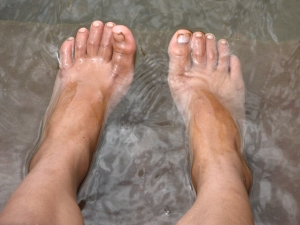 fotka brouzdajících se nohou ve vodě