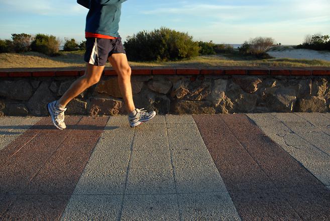 Zlomenina zánártní kosti typicky vzniká při běhu