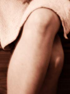 Ženské koleno, které trápí boulička nad kolenem