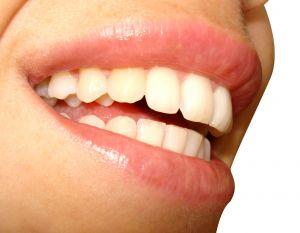 Ženský úsměv s odhalenými bílými zuby