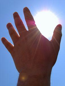 Fotka ruky zakrývající slunce