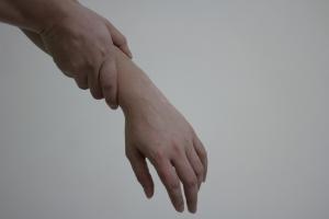 Pacient, kterého bolí svaly na rukou v důsledku revmatismu.