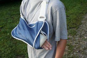 obrázek člověka se zlomenou rukou