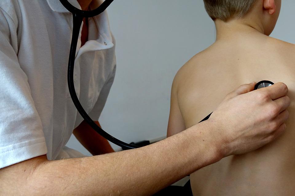 Při dlouhodobém kašlání je potřeba navštívit lékaře, který si vás poslechne