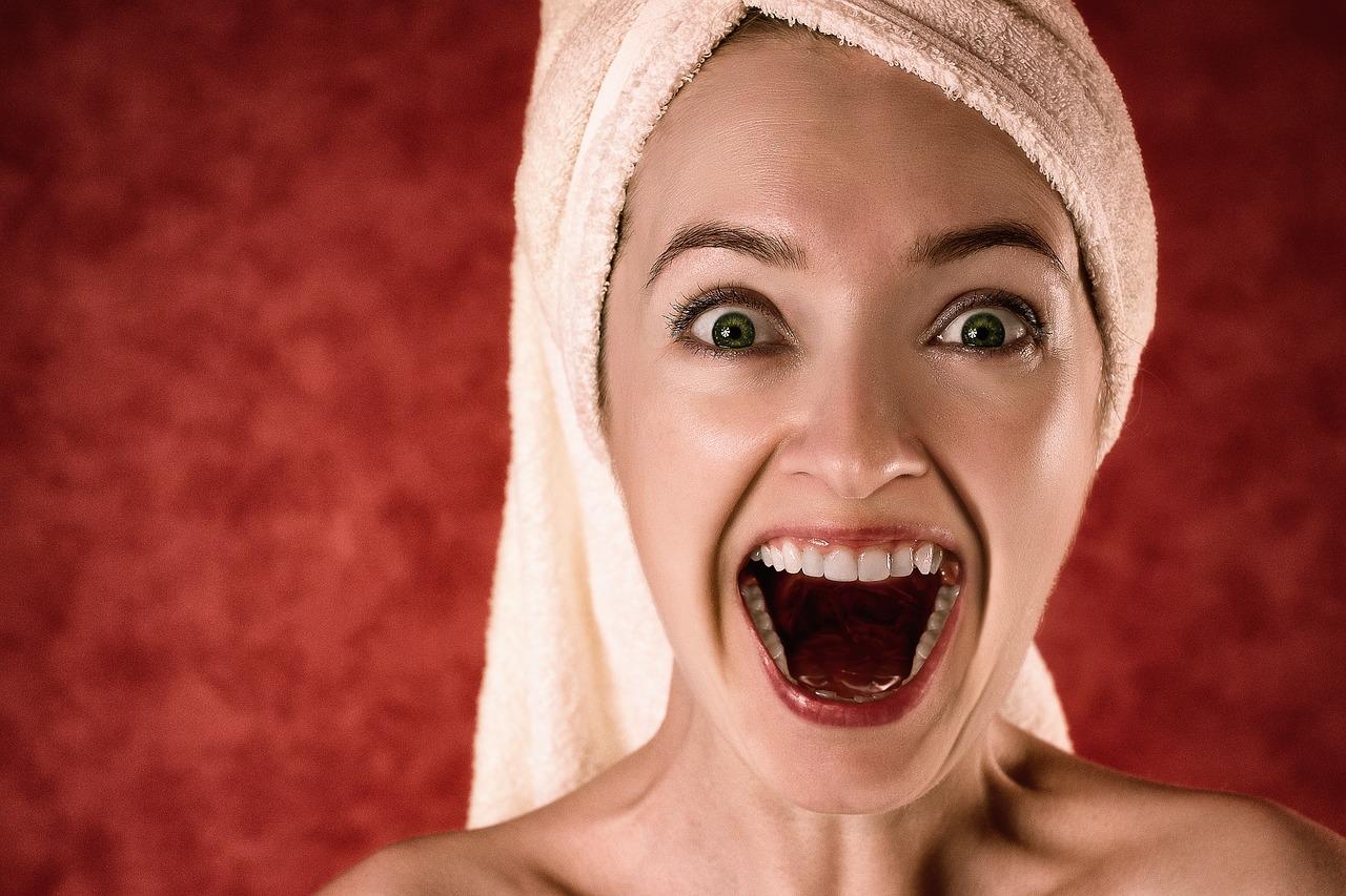 Hnědé skvrny na zubech odstraní změna návyků, zubař nebo lepší technika čištění