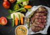 zelelný pepř v nálevu s hovězím steakem
