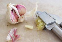 Zápach z úst po česneku