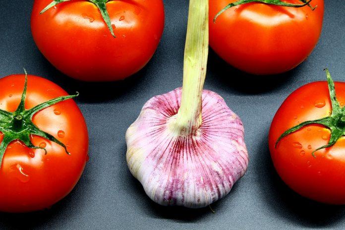 Česnek a rajčata