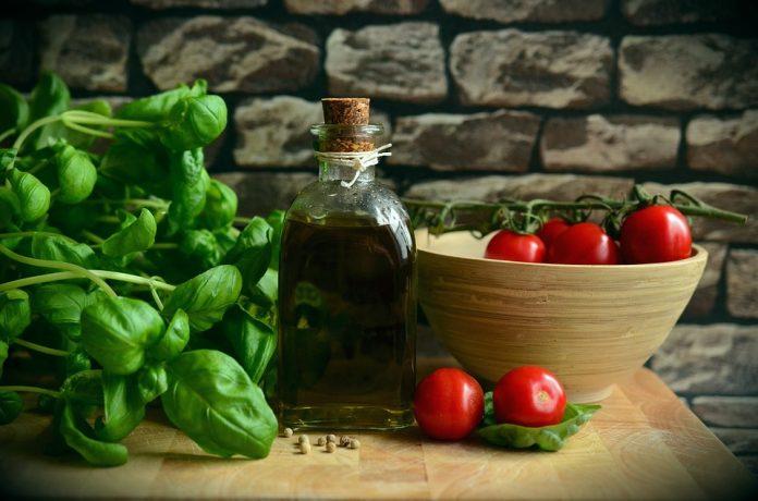 Bazalka, olivový olej, rajčata